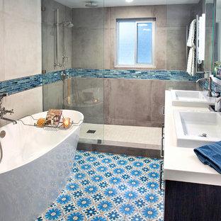 Diseño de cuarto de baño principal, moderno, pequeño, sin sin inodoro, con armarios con paneles lisos, puertas de armario con efecto envejecido, bañera exenta, sanitario de una pieza, baldosas y/o azulejos beige, baldosas y/o azulejos de porcelana, paredes beige, suelo de azulejos de cemento, lavabo encastrado, encimera de cuarzo compacto, suelo azul, ducha abierta y encimeras blancas