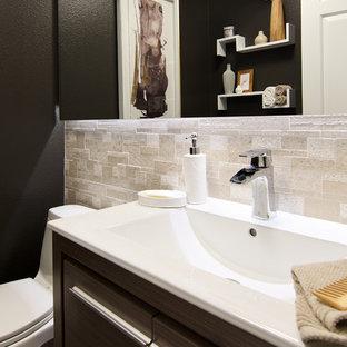 Esempio di una stanza da bagno con doccia design di medie dimensioni con ante lisce, ante in legno scuro, WC monopezzo, piastrelle beige, piastrelle in travertino, pareti nere, lavabo integrato, pavimento marrone, top in superficie solida e pavimento con piastrelle in ceramica