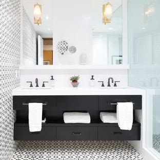 Modelo de cuarto de baño con ducha, contemporáneo, con armarios con paneles lisos, puertas de armario negras, ducha empotrada, baldosas y/o azulejos blancas y negros, paredes multicolor, lavabo bajoencimera, suelo multicolor y encimeras blancas
