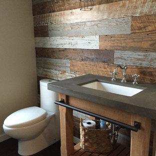 Foto de cuarto de baño con ducha, rústico, pequeño, con armarios abiertos, puertas de armario con efecto envejecido, sanitario de dos piezas, paredes multicolor, suelo de madera oscura, lavabo bajoencimera y encimera de acrílico