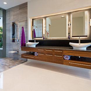 Неиссякаемый источник вдохновения для домашнего уюта: главная ванная комната среднего размера в стиле модернизм с плоскими фасадами, темными деревянными фасадами, угловой ванной, открытым душем, унитазом-моноблоком, бежевыми стенами, полом из керамической плитки, раковиной с пьедесталом и стеклянной столешницей
