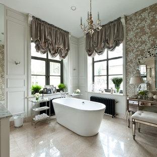 Esempio di una stanza da bagno padronale tradizionale con lavabo sottopiano, top in marmo, vasca freestanding, piastrelle beige, piastrelle in pietra, pareti marroni e pavimento in travertino