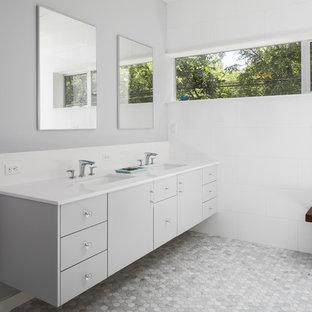 Неиссякаемый источник вдохновения для домашнего уюта: главная ванная комната среднего размера в стиле модернизм с плоскими фасадами, серыми фасадами, полновстраиваемой ванной, душем без бортиков, унитазом-моноблоком, белой плиткой, керамической плиткой, белыми стенами, полом из мозаичной плитки, врезной раковиной, столешницей из искусственного кварца, желтым полом и открытым душем