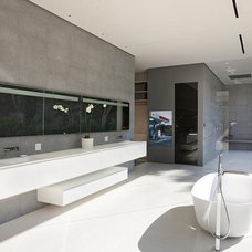 Contemporary Bathroom by LEEN MJ