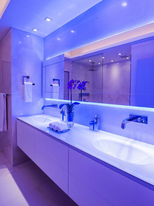 Salle de bain avec une baignoire d 39 angle et des portes de placard beiges - Placard d angle salle de bain ...