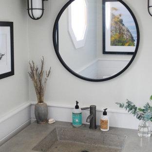 Diseño de cuarto de baño con ducha, ecléctico, pequeño, con armarios tipo mueble, puertas de armario grises, baldosas y/o azulejos blancos, paredes blancas, lavabo integrado, encimera de cemento y encimeras grises