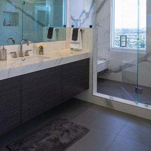 Esempio di una stanza da bagno padronale design di medie dimensioni con consolle stile comò, ante grigie, doccia doppia, piastrelle bianche, piastrelle in gres porcellanato, pavimento in gres porcellanato, lavabo sottopiano, top piastrellato, pavimento grigio, porta doccia a battente e top bianco