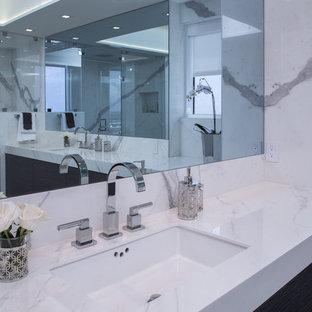 Idee per una stanza da bagno padronale design di medie dimensioni con consolle stile comò, ante grigie, doccia doppia, piastrelle bianche, piastrelle in gres porcellanato, pavimento in gres porcellanato, lavabo sottopiano, top piastrellato, pavimento grigio, porta doccia a battente e top bianco