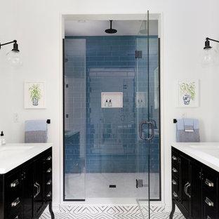 Inspiration för ett maritimt vit vitt badrum, med möbel-liknande, svarta skåp, en dusch i en alkov, blå kakel, vita väggar, cementgolv, ett undermonterad handfat och flerfärgat golv