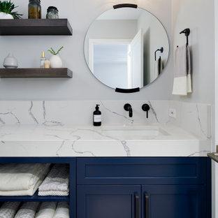 Idéer för ett klassiskt vit badrum, med blå skåp, vita väggar och flerfärgat golv