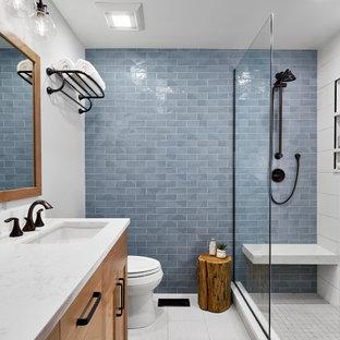 シカゴのトランジショナルスタイルのおしゃれな浴室 (淡色木目調キャビネット、青いタイル、白い壁、白い床、白い洗面カウンター) の写真