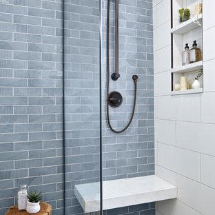シカゴのトランジショナルスタイルのおしゃれな浴室 (青いタイル、白い床) の写真