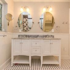 Traditional Bathroom by Habify