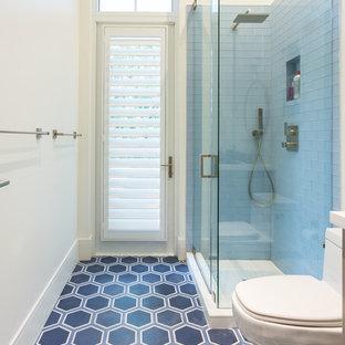 Mittelgroßes Maritimes Duschbad mit Eckdusche, Wandtoilette mit Spülkasten, blauen Fliesen, weißer Wandfarbe, Porzellan-Bodenfliesen, Unterbauwaschbecken und Mineralwerkstoff-Waschtisch in Miami