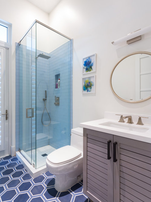 Mid sized bathroom design ideas remodels photos with for Mid size bathroom ideas