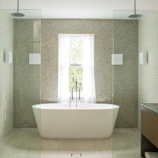 Diseño de cuarto de baño principal, contemporáneo, con lavabo bajoencimera, armarios con paneles lisos, bañera exenta, ducha doble, baldosas y/o azulejos multicolor, baldosas y/o azulejos en mosaico y puertas de armario de madera en tonos medios