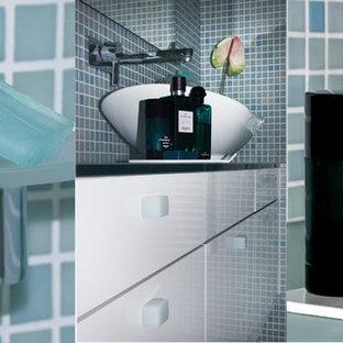 Immagine di una piccola stanza da bagno per bambini design con ante bianche, vasca da incasso, doccia a filo pavimento, piastrelle verdi, piastrelle a mosaico, pareti verdi, pavimento con piastrelle a mosaico, lavabo a bacinella e top piastrellato