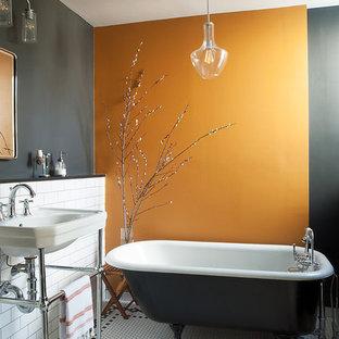 Foto di una stanza da bagno classica con vasca con piedi a zampa di leone, piastrelle bianche, piastrelle diamantate, pareti arancioni, pavimento con piastrelle a mosaico, lavabo sospeso e pavimento bianco
