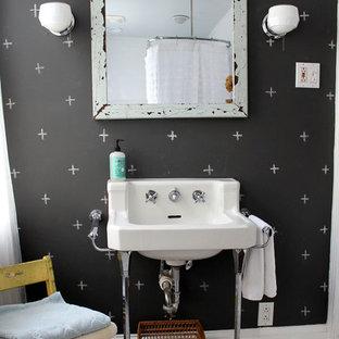 フィラデルフィアのエクレクティックスタイルのおしゃれな子供用バスルーム (コンソール型シンク、黒い壁) の写真