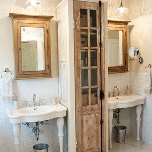 Inspiration pour une salle de bain style shabby chic avec un plan vasque.