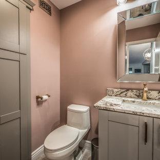 Foto di una piccola stanza da bagno con doccia chic con ante in stile shaker, ante grigie, WC monopezzo, pareti rosa, pavimento in gres porcellanato, lavabo sottopiano, top in granito, pavimento beige e top beige