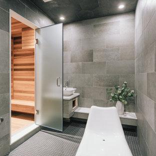 Mittelgroßes Modernes Badezimmer mit profilierten Schrankfronten, weißen Schränken, Löwenfuß-Badewanne, offener Dusche, beigefarbenen Fliesen, Keramikfliesen, Porzellan-Bodenfliesen, Sauna, Aufsatzwaschbecken, Granit-Waschbecken/Waschtisch, grauem Boden, Falttür-Duschabtrennung und grauer Waschtischplatte in Vancouver