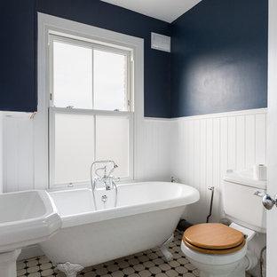 Diseño de cuarto de baño infantil, clásico, de tamaño medio, con bañera con patas, sanitario de dos piezas, combinación de ducha y bañera, paredes azules, lavabo con pedestal y suelo blanco
