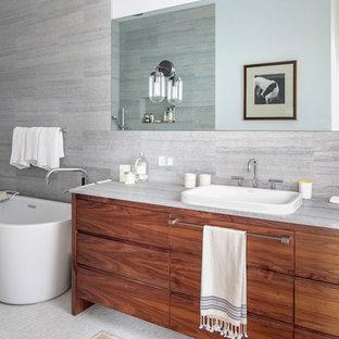 Inspiration för mellanstora moderna vitt en-suite badrum, med släta luckor, vita skåp, ett platsbyggt badkar, en dusch i en alkov, en toalettstol med hel cisternkåpa, vit kakel, mosaik, grå väggar, ett undermonterad handfat, marmorbänkskiva och dusch med gångjärnsdörr