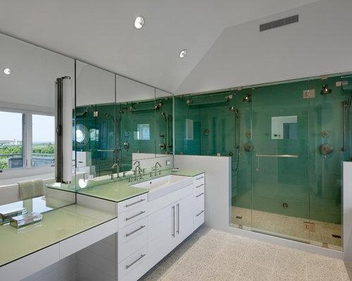 Stanza da bagno american style con piastrelle a specchio foto
