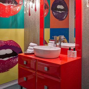 Ejemplo de cuarto de baño actual con armarios tipo mueble, puertas de armario rojas, paredes grises, lavabo sobreencimera y suelo gris