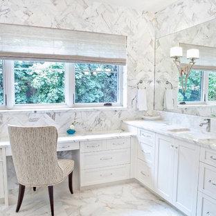 Inspiration för ett mellanstort vintage en-suite badrum, med skåp i shakerstil, vita skåp, marmorbänkskiva, vit kakel, stenhäll, vita väggar, marmorgolv, ett undermonterad handfat och vitt golv