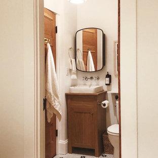 Ispirazione per una piccola stanza da bagno boho chic con ante in stile shaker, ante marroni, vasca con piedi a zampa di leone, vasca/doccia, WC monopezzo, piastrelle bianche, piastrelle in ceramica, pareti bianche, pavimento con piastrelle a mosaico, lavabo a bacinella, top in legno, pavimento bianco, doccia con tenda, nicchia, un lavabo e mobile bagno freestanding