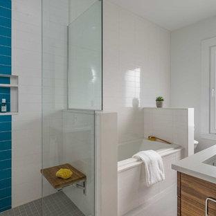 ボストンの中サイズのモダンスタイルのおしゃれなマスターバスルーム (フラットパネル扉のキャビネット、中間色木目調キャビネット、ドロップイン型浴槽、白いタイル、磁器タイルの床、アンダーカウンター洗面器、クオーツストーンの洗面台、グレーの床、白い洗面カウンター) の写真