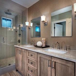 Idee per una stanza da bagno padronale chic di medie dimensioni con ante in stile shaker, ante in legno bruno, doccia alcova, piastrelle marroni, piastrelle di vetro, pareti marroni, pavimento in vinile, lavabo sottopiano, pavimento marrone e porta doccia a battente