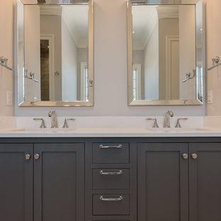 他の地域の広いトランジショナルスタイルのおしゃれなマスターバスルーム (シェーカースタイル扉のキャビネット、グレーのキャビネット、グレーの壁、大理石の床、アンダーカウンター洗面器、大理石の洗面台、マルチカラーの床) の写真
