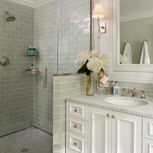 Immagine di una piccola stanza da bagno padronale tradizionale con ante con riquadro incassato, ante bianche, doccia ad angolo, WC monopezzo, piastrelle verdi, piastrelle in ceramica, pareti verdi, pavimento in marmo, lavabo sottopiano e top in marmo