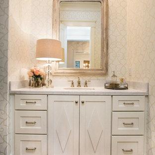 Mittelgroßes Klassisches Duschbad mit Schrankfronten mit vertiefter Füllung, weißen Schränken, weißer Wandfarbe, dunklem Holzboden, Unterbauwaschbecken und Quarzit-Waschtisch in Little Rock