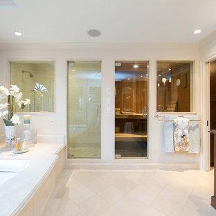 Großes Klassisches Badezimmer En Suite mit Unterbauwanne, Duschnische, flächenbündigen Schrankfronten und hellbraunen Holzschränken in Orange County