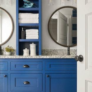Diseño de cuarto de baño infantil, de estilo de casa de campo, de tamaño medio, con armarios estilo shaker, puertas de armario azules, paredes blancas, lavabo bajoencimera, encimera de granito y encimeras grises