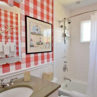 Idee per una piccola stanza da bagno design con ante in stile shaker, ante bianche, top in superficie solida, piastrelle bianche, piastrelle in ceramica, vasca/doccia, WC monopezzo, lavabo sottopiano, pareti rosse, pavimento in marmo e vasca ad alcova