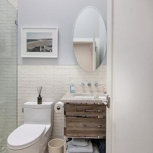 Стильный дизайн: маленькая ванная комната в стиле модернизм с плоскими фасадами, коричневыми фасадами, душем без бортиков, унитазом-моноблоком, бежевой плиткой, керамической плиткой, синими стенами, полом из галечной плитки, врезной раковиной, столешницей из кварцита, разноцветным полом, открытым душем, разноцветной столешницей, нишей, тумбой под одну раковину и напольной тумбой - последний тренд