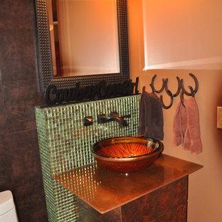 Immagine di una piccola stanza da bagno stile americano con piastrelle di vetro, pavimento in travertino, lavabo a bacinella e top in vetro