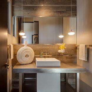 Ispirazione per una stanza da bagno per bambini design di medie dimensioni con nessun'anta, ante in legno scuro, WC monopezzo, piastrelle marroni, piastrelle in gres porcellanato, pareti bianche, pavimento in gres porcellanato, lavabo integrato, top in acciaio inossidabile e pavimento beige