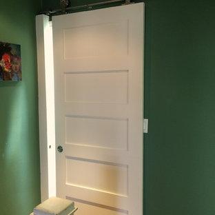 Modelo de cuarto de baño principal, tradicional renovado, pequeño, con bañera empotrada, combinación de ducha y bañera, paredes verdes, suelo con mosaicos de baldosas, lavabo bajoencimera, sanitario de una pieza, baldosas y/o azulejos de vidrio, armarios tipo mueble, puertas de armario blancas, encimera de granito y baldosas y/o azulejos verdes