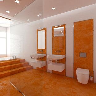 Foto de cuarto de baño infantil, moderno, extra grande, con puertas de armario blancas, jacuzzi, ducha abierta, sanitario de pared, baldosas y/o azulejos blancos, baldosas y/o azulejos de cerámica, parades naranjas, lavabo suspendido, suelo naranja y ducha abierta