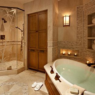 Immagine di una stanza da bagno padronale classica di medie dimensioni con vasca da incasso, doccia ad angolo, piastrelle beige, ante in stile shaker, ante in legno scuro, WC a due pezzi, piastrelle in pietra, pareti beige, pavimento in pietra calcarea e lavabo sottopiano