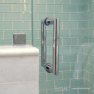 Foto di una piccola stanza da bagno contemporanea con lavabo integrato, consolle stile comò, ante in legno scuro, doccia alcova, WC monopezzo, piastrelle blu, piastrelle di vetro, pareti bianche e pavimento con piastrelle a mosaico