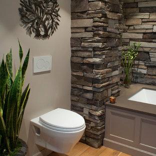 Imagen de cuarto de baño principal, asiático, de tamaño medio, con armarios con paneles empotrados, puertas de armario beige, bañera encastrada sin remate, paredes grises, lavabo sobreencimera, encimera de cuarzo compacto y sanitario de pared