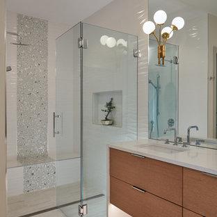 Immagine di una grande stanza da bagno minimal con ante lisce, ante in legno scuro, doccia a filo pavimento, piastrelle grigie, piastrelle bianche, pareti bianche, lavabo sottopiano, pavimento beige, porta doccia a battente e top bianco