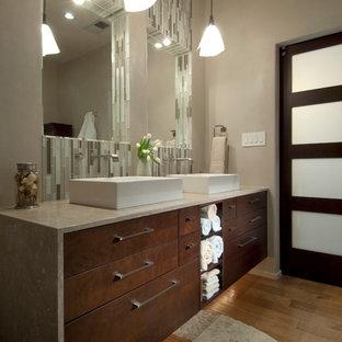 Idéer för att renovera ett funkis badrum, med släta luckor, skåp i mörkt trä, ett fristående badkar, brun kakel, grå kakel, grön kakel, stickkakel, beige väggar, ljust trägolv, ett fristående handfat och bänkskiva i täljsten